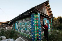 30000_Bottle_Caps_Decorate_Russian_Pensioner_Home_in_Siberia_afflante_com_0